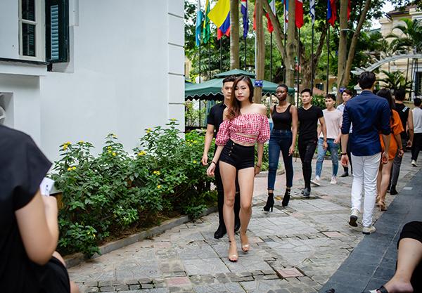 Tại buổi casting của NTK Hà Duy, Hồng Quế chăm chú theo dõi các model trẻ thể hiện kỹ năng trình diễn.