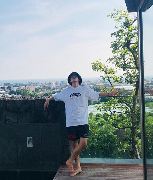 Baek Hyun thảnh thơi tạo dáng khi đi nghỉ.