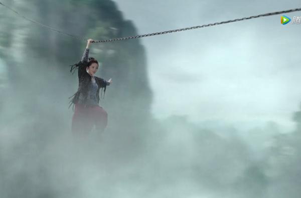 Cảnh Phù Dao dùng tay bám dây xích vượt qua vách núi cũng bị chê giả.