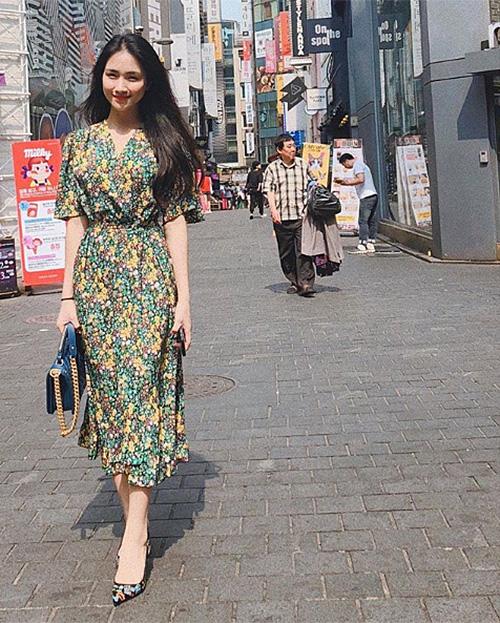 Hòa Minzy chuyển qua chuộng những bộ váy hoa nữ tính từ khi có bạn trai mới.