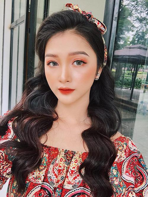 Cũng đắt show chụp lookbook cho các shop teen không kém Mai Anh là Linh Thỏ (Trần Hương Linh). Cô nàng đại diện cho tuyển Ba Lan.