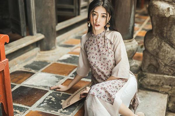 Với gương mặt thanh thoát, vẻ đẹp mong manh, Linh Thỏ rất được lòng các thương hiệu thời trang đi theo phong cách nữ tính. Cô nàng năm nay đã 26 tuổi nhưng trông vẫn rất trẻ trung.
