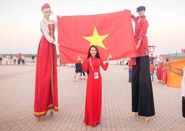 Là một fan trung thành của bóng đá, Người đẹp ảnh của Hoa hậu Hoàn vũ Việt Nam 2017 - Nguyễn Ngọc Nữ - không thể bỏ qua cơ hội ăn, ngủ cùng World Cup. Người đẹp thể hiện lòng đam mê bằng cách sang tận Nga để đồng hành cùng sự kiện này.