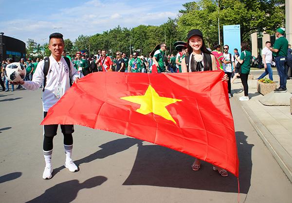 Trong chuyến đi này, Ngọc Nữ đi cùng với 2 VĐV tâng bóng nghệ thuật là Đỗ Kim Phúc, Nguyễn Ngọc Anh