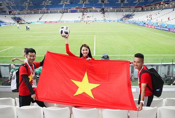 Ngọc Nữ cho biết cô rất tự hào khi mặc trên mình bộ áo dài dân tộc và cầm lá cờ tổ quốc đứng trên khán đài cổ vũ cho các đội tuyển mà mình yêu thích.