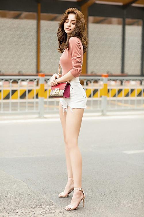 Vóc dáng đẹp giúp cô nàng luôn rất nổi bật khi diện trang phục gợi cảm. Nhiều fan còn cho rằng cô nàng không đi làm người mẫu là quá phí.