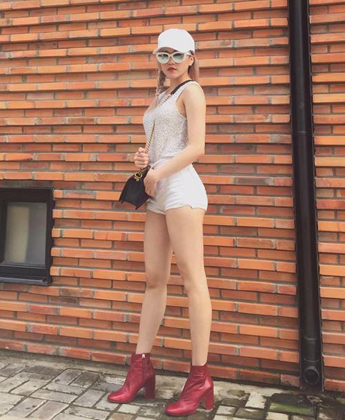 Có lợi thế chân thẳng dài, trắng nõn nên Thiều Trâm rất tích cực diện những chiếc quần/váy siêu ngắn, trang phục bó sát tôn đường cong triệt để.