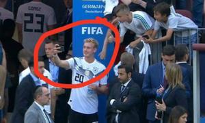Trai đẹp đội tuyển Đức bị ném đá vì cười tươi sau thua trận