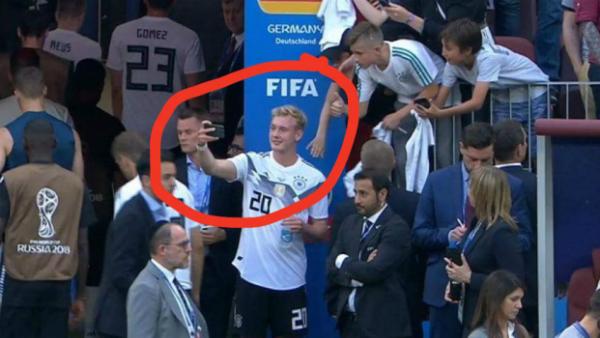 Tờ Bild của Đức đã đăng tải hình ảnh nam tiền vệ Julian Brandt cười tươi chụp ảnh selfie với fan dưới khán đài sau trận tuột xích trước Mexico với tỉ số 0:1.