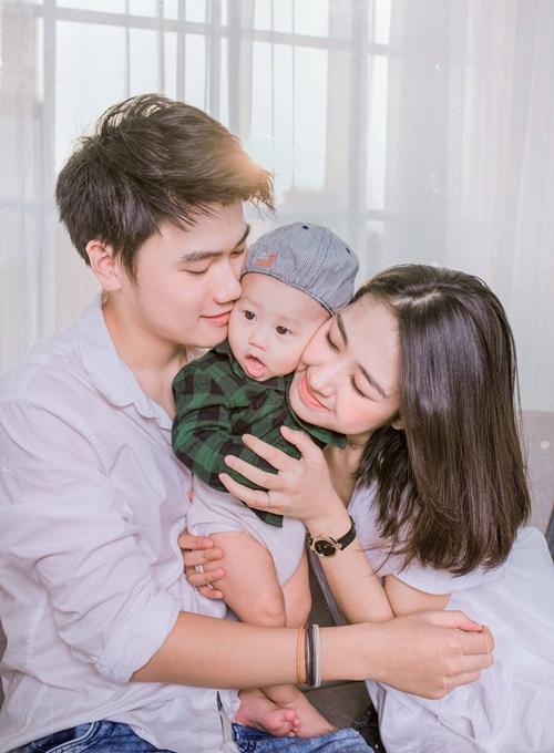 Khó có cặp hot teen nào khi kết hôn, sinh con vẫn được mến mộ như Trang Lou - Tùng Sơn. Nhất cử nhất động của họ trên mạng xã hội đều hút lượng tương tác và lượt like ấn tượng. Cả hai đã có nhà, có xe và cuộc sống sung túc nhờ thêm vào khả năng kinh doanh.