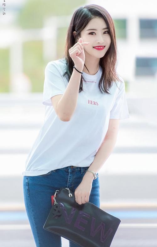 Mi Joo của Lovelyz cũng gây bất ngờ khi quyến định xuống tóc, để kiểu tóc qua vai trẻ trung.