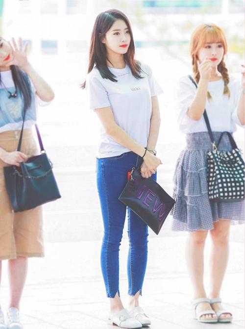 Cô nàng vốn trung thành với mái tóc dài kể từ khi debut và cách trang điểm đậm, theo phong cách sexy. Trong tạo hình mới ở sân bay, Mi Joo mặc áo phông trắng, quần jean tạo hình tượng năng động như sinh viên đại học.