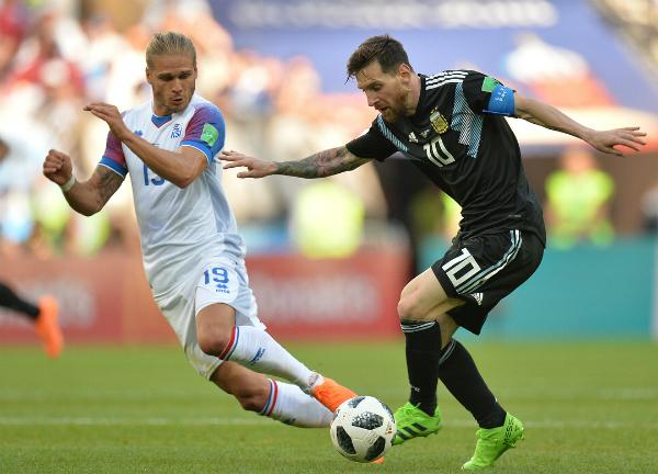Rurik Gislason chia sẻ khoảnh khắc giữa anh và siêu sao Lionel Messi trongtrận đấu giữa Iceland - Argentina trên trang cá nhân.