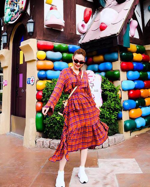 Minh Hằng hồi teen với váy áo màu sắc khi đi khu vui chơi ở Hàn Quốc.