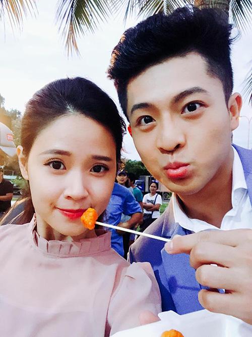 Khoảnh khắc đút cho nhau ăn tình bể bình của Midu và Harry Lu được nhiều fan hưởng ứng.