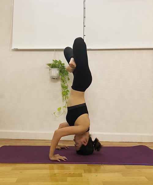 Ái Phương ngày càng điêu luyện yoga nhờ chăm chỉ tập ở nhà mỗi ngày.