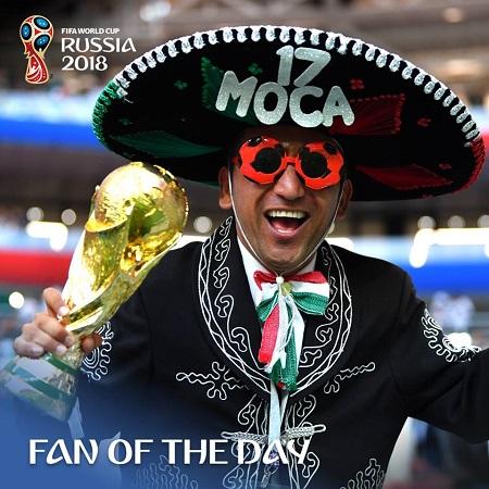 Trong trận xuất quân đầu tiên vào ngày thi đấu thứ 4 hôm 17/6,Mexico đã bất ngờ đánh bại nhà ĐKVĐ Đức với tỉ số 1-0 nhờ công của H.Lozano. Các cầu thủ xuất sắc trên sân, người hâm mộ Mexico trên khán đài cũngrất chịu chơi và sáng tạo.CĐV Mexico, ngườihóa thân thành thổ dân Azteca với bộ trang phục có phần kì dị, người đội chiếc mũ gắn lông vũ đểthể hiện màn ăn mừng hoành tráng. Và người đàn ông trong trang phục truyền thống cùng chiếc mũ Sombrero đặc trưng của đất nướcMexico đã trở thành người ấn tượng nhất.