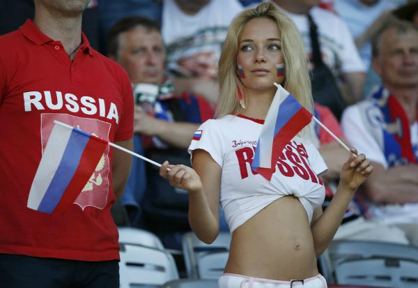 Nemchinovacổ vũ trước trận đấu của Nga tại EURO 2016. Ảnh: Reuters