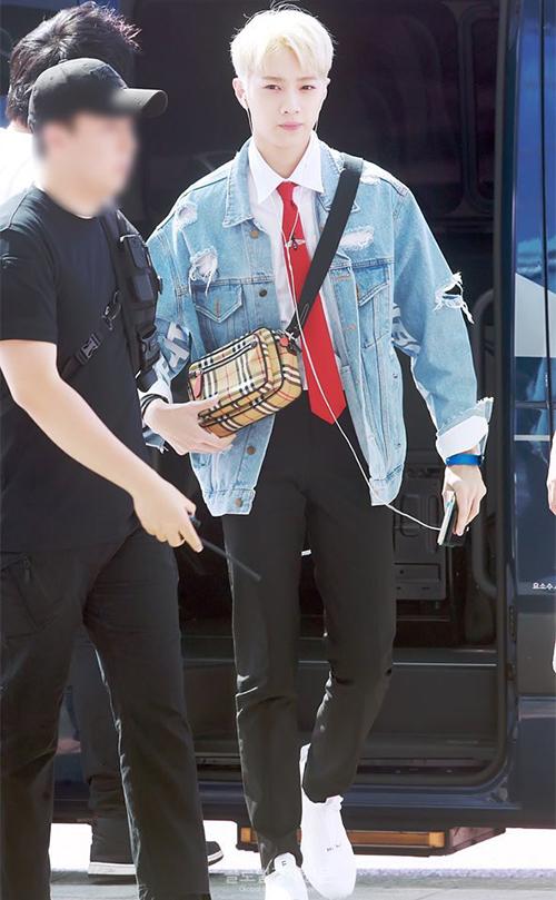 Lai Kuan Lin luôn là thành viên có gu thời trang ấn tượng nhất Wanna One. Chiếc túi Burberry đắt giả là một món quà do fan tặng.