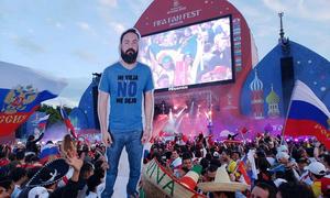 Chàng trai Mexico tận hưởng kỳ World Cup trên đất Nga bằng… hình nộm