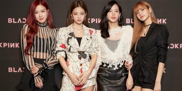 Jennie (thứ hai từ trái qua) ngưỡng mộ nhan sắc quyến rũ của Ji Soo (áo trắng).
