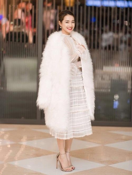Nhã Phương còn được biết đến là người cực bồ kết váy trắng tinh khôi. Cô có cả một bộ sưu tập váy trắng khi đi dự sự kiện. Trong hình, Nhã Phương xinh như công chúa khi diện đầm ren trắng dịu dàng, thanh lịch.
