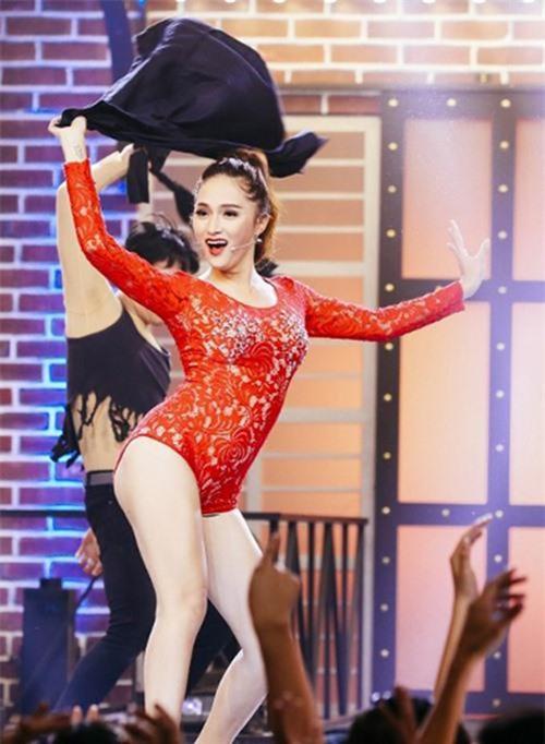 <p> Lựa chọn sai kiểu dáng bodysuit cũng là một trong những lỗi thường gặp của sao Việt khi mix đồ. Bộ cánh ren đỏ quá ngắn và đính đá khá sến súa ở ngực khiến Hương Giang Idol góp mặt trong top sao mặc xấu.</p>