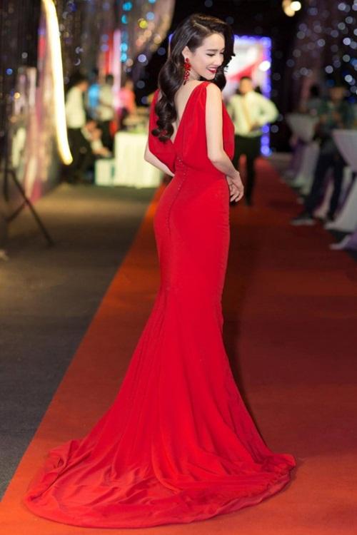 Dù có gợi cảm nhưng Nhã Phương không theo style khoe thân quá lố. Phong cách thời trang ổn định giúp nữ diễn viên 9x được lòng công chúng.