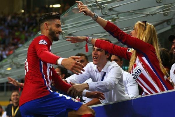 Khoảnh khắc ăn mừng chiến thăng gây bão mạng củaNoemie và cầu thủ Yannick.