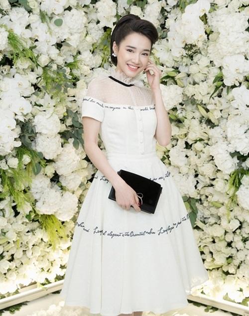 Bộ đầm xòe bồng bềnh trong BST The Oriental Sun của NTK Lê Thanh Hòa tôn lên vẻ đẹp ngọt ngào của nữ diễn viên Tuổi thanh xuân.