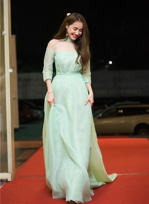 Sở hữu vẻ đẹp nhẹ nhàng, có thể thấy, Nhã Phương thường cưng chiều những trang phục mang gam màu pastel dịu nhẹ.