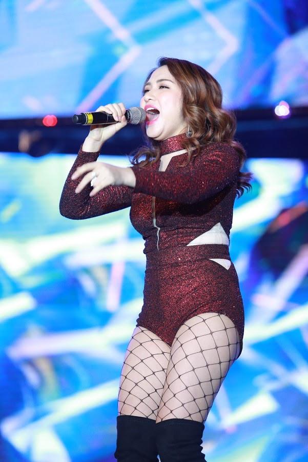 <p> Bộ bodysuit này không những không tôn lên được đường cong cơ thể mà còn khiến Hòa Minzy mất điểm khi tự tố vòng eo kém thon gọn của chính bản thân mình.</p>