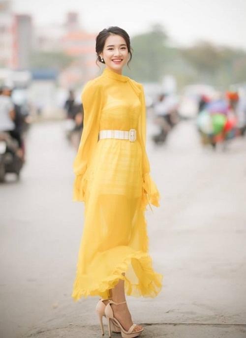Voan mỏng manh thường là chất liệu Nhã Phương chọn khi đi sự kiện. Hình ảnh cô tỏa sáng với nụ cười tươi cùng phong thái sang trọng giúp bạn gái Trường Giang ghi điểm trong mắt công chúng.