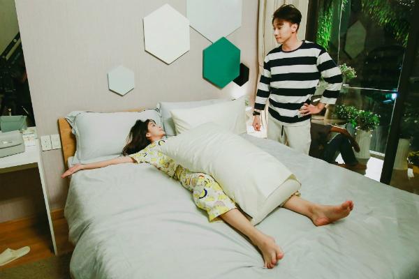 Jang Mi - S.T có những tình huống dở khóc dở cười trong phim.