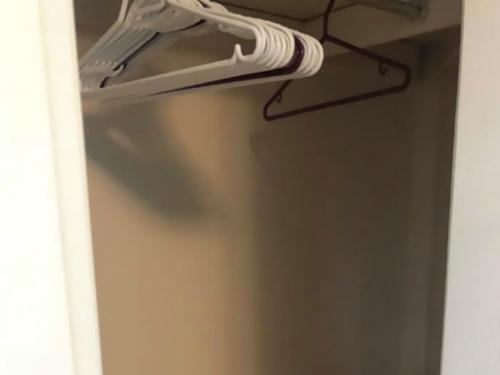 Tủ quần áo cũng bị dọn sạch.