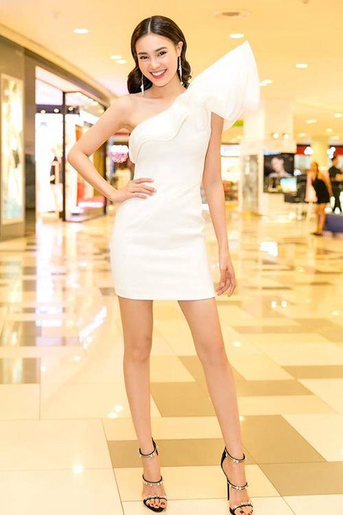 Ninh Dương Lan Ngọc cũng sở hữu một mẫu sandals ba quai mảnh nhưng điệu đà hơn một chút khi đính đá lấp lánh giúp đôi chân càng thêm duyên dáng.