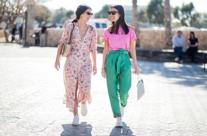 <p> Nếu bạn thân mặc một set đồ màu mè thì jumpsuit hoa sáng màu là một lựa chọn không tồi cho bạn. Chắc chắn hai bạn sẽ thành một cặp nổi bật khi dạo phố.</p>