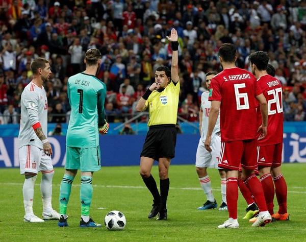 Trọng tài khước từ bàn thắng của đội tuyển Iran sau khi tham khảo VAR.