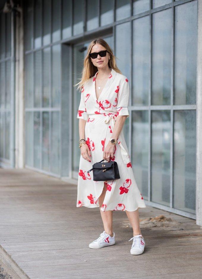 <p> Mùa hè là thời gian lý tưởng cho các nàng tung tăng dạo phố với những chiếc đầm in họa tiết rực rỡ.</p>