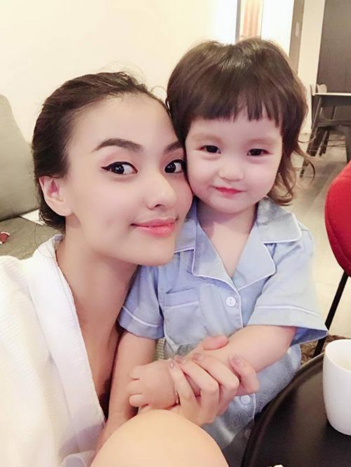 Hồng Quế khoe cô con gái ngày càng kháu khỉnh, ra dáng hot girl nhí.