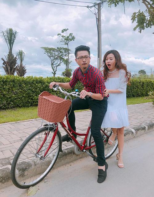 Harry Lu và Midu khiến fan không nhịn được cười với tạo hình hài hước khi đèo nhau đi trên chiếc xe đạp.