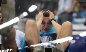 Fan Argentina khóc hết nước mắt khi đội tuyển có nguy cơ 'xách vali về nước'
