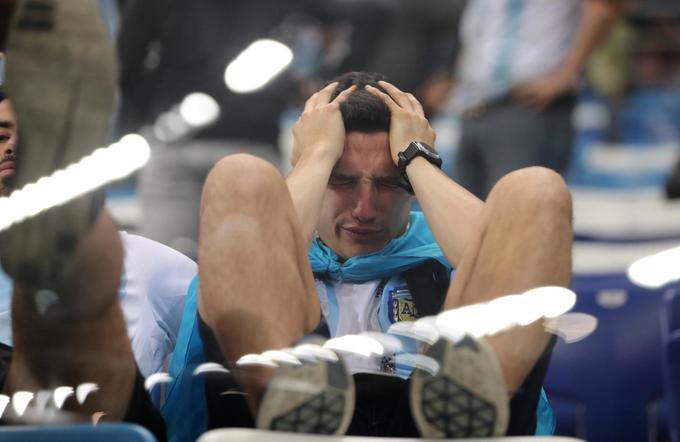 <p> Rạng sáng nay, trong khuôn khổ lượt trận thứ 2 bảng D, đương kim á quân Argentina đã nhận thất bại muối mặt với tỉ số 0-3 trước đội tuyển Croatia. Người hâm mộ Argentina thất thần khi chứng kiến thất bại của đội nhà. Họ cảm nhận được hơn ai hết nguy cơ đội bóng đất nước họ phải chia tay sớm World Cup 2018.</p> <p> </p>