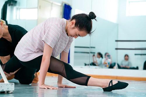 Không học ballet từ nhỏ nên Kaity gặp nhiều khó khăn khi tập luyện.