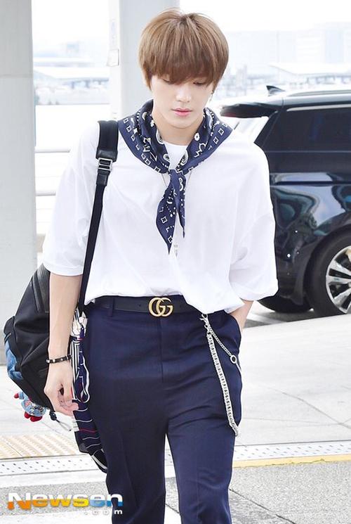 NCT có mặt trong danh sách những nghệ sĩ đến Mỹ lưu diễn. Tae Yong làm điệu bằng những phụ kiện như khăn quàng, dây lưng hàng hiệu.