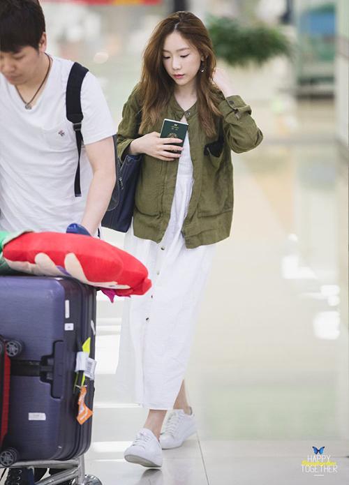 Tae Yeon trở về Hàn sau khi hoàn thành showcase ở Nhật. Váy dạng suông, áo khoác denim mỏng là cách phối đồhợp lý khi phải bay chuyến đêm.