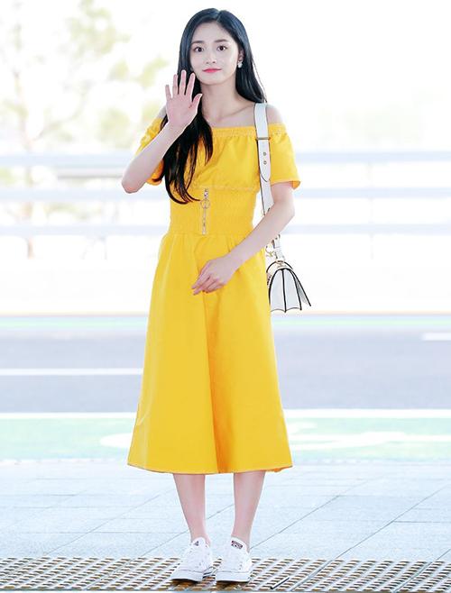 Tông màu vàngchứng minh sức hút khó cưỡng mùa hè năm 2018. Kyul Kyung đốn tim fan bằng cách khoe vai hờ hững.