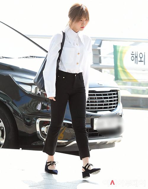 Wendy chọn set đồ theo style thanh niên nghiêm túc với sơ mi trắng cài kín nút, phần cổ to bản độc đáo.