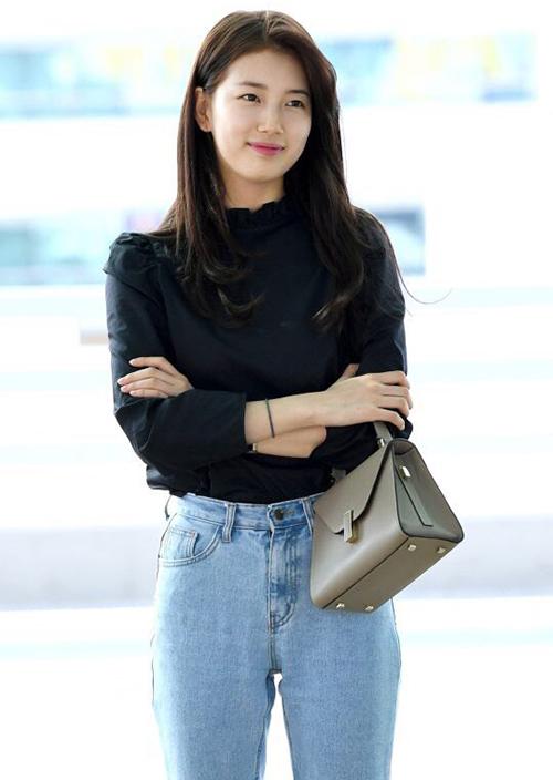Công thức khi ra sân bay của Suzy là sơ mi đen, quần jean và cáchtrang điểm nhẹ nhàng.