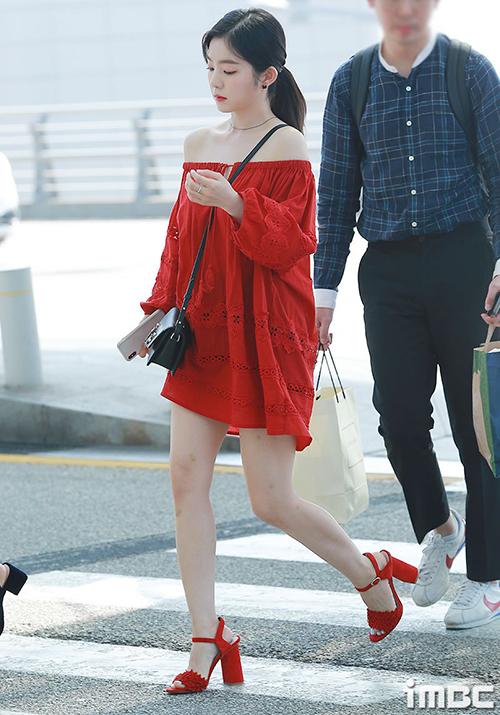 Sáng ngày 22/6, Red Velvet lên đường sang Mỹ lưu diễn. Irene trở thành tâm điểm chủ ý với chiếc váy đỏ, hở vai gợi cảm. Tuy nhiên có ý kiến khẳng định mẫu váy đã dìm hàng mỹ nhân SM, để lộ đôi chân ngắn, tỉ lệ xấu. Thiết kế bị chê giống váy bầu vì dáng rộng.